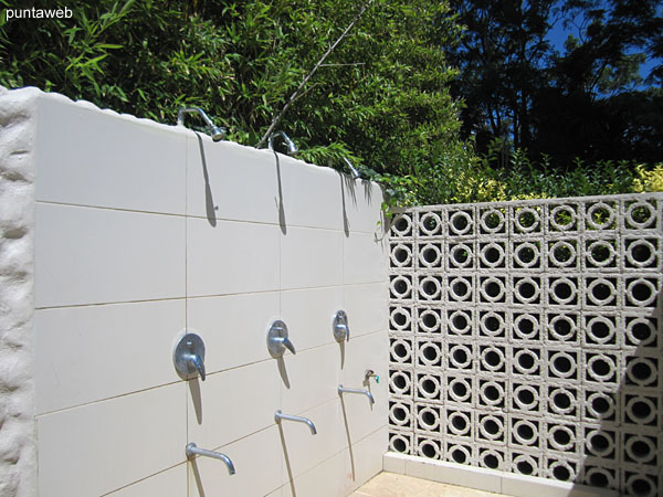 Showers for access from the beach or the pool.
