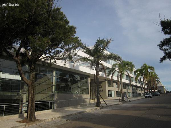 Fachada del edificio orientada al oeste. El edificio ocupa todo el largo de la manzana de este a norte.