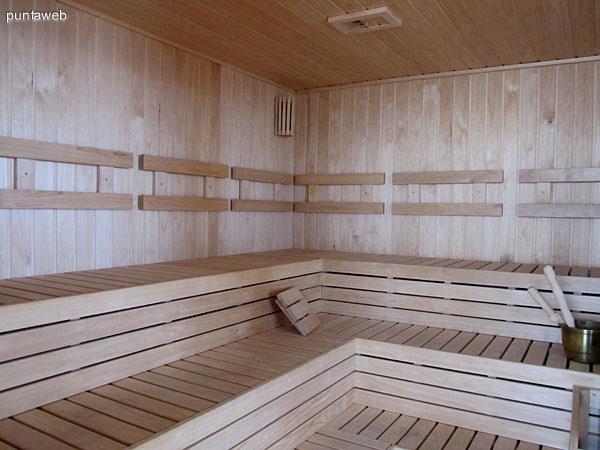 Amplio sauna en el espacio del gimnasio.