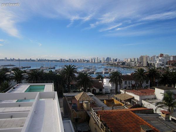 Vista de una de las terrazas desde la ventana del gimnasio en el último piso. Al fondo, el puerto y la bahía de Punta del Este.