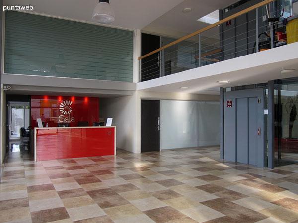 Recepción. El edificio cuenta con dos ascensores panorámicos.