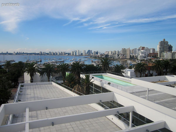 Vista desde la terraza de la barbacoa hacia el norte. Se aprecia la bahía de Punta del Este y el puerto de yates.