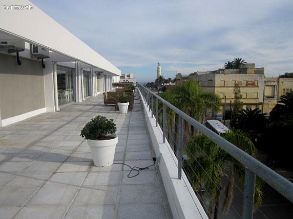 Vista de la terraza de la barbacoa hacia el sur. Al fondo el faro de Punta del Este.