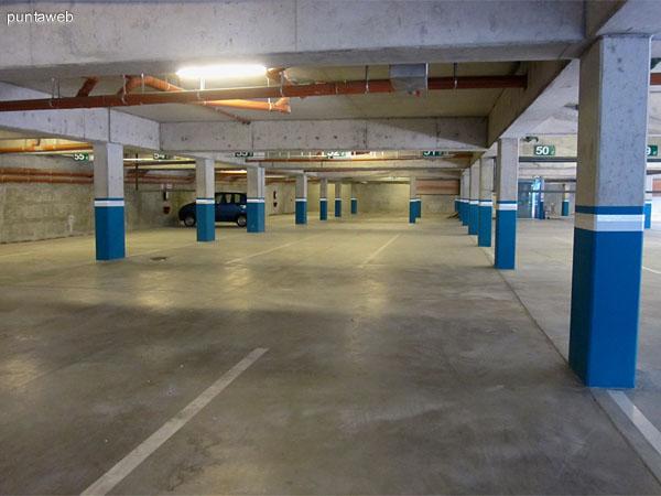 Vista general del garage del edificio. Existe un espacio destinado a bicicletas.