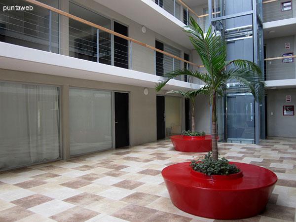 Espacio interno central del edificio. Conecta los accesos de todos los departamentos y ambientes de gimnasio y barbacoa. Posee techo vidriado que brinda gran luminosidad.