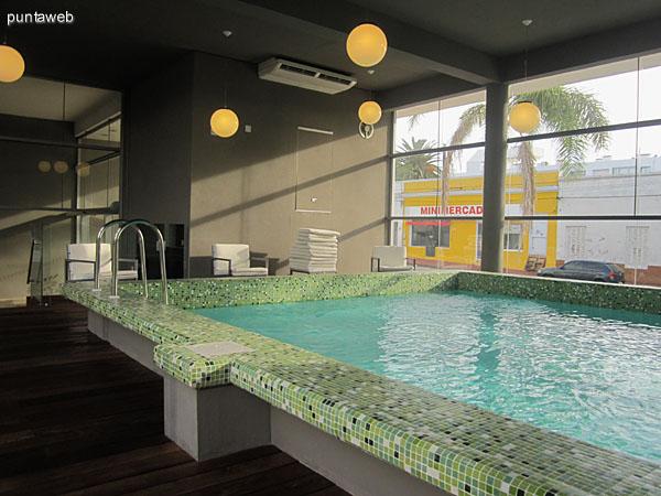 Piscina climatizada. Ubicada en un medio nivel de planta baja cerca del ingreso. Cuenta con baño y duchas.
