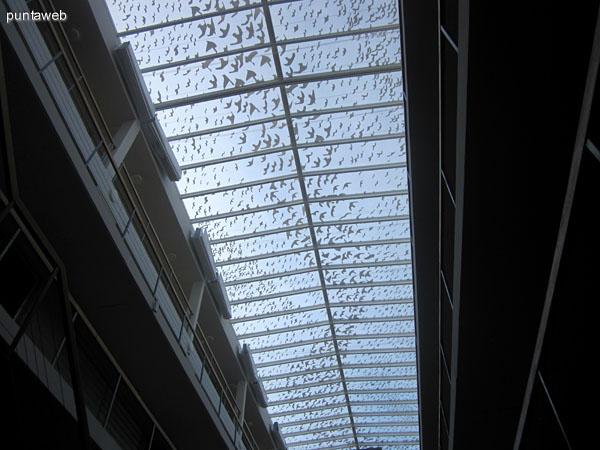 Detalle del techo con claraboya. Acondicionado con cortinas difusoras de luz corredizas.