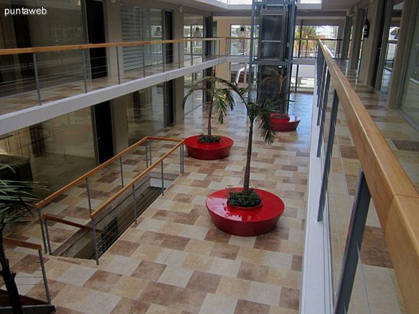 Circulación interior del edificio. Conecta todos los departamentos y ambientes de gimnasio, barbacoa y terrazas. Cuenta con dos ascensores panorámicos, escaleras en hierro y madera.