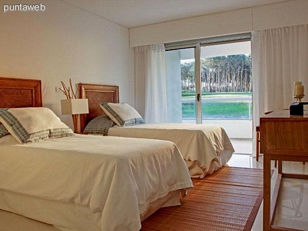 Dormitorio principal en suite con acceso a terraza y vista al mar.