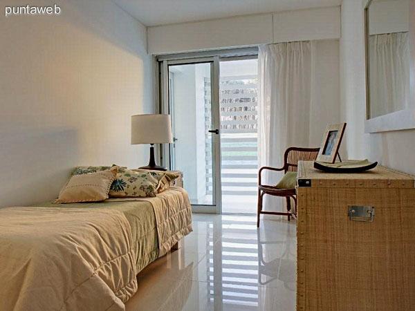Tercer dormitorio en suite con vista al jardín interno del complejo y acceso a terraza propia.