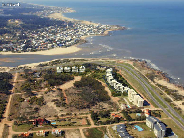 Toda la desembocadura del Arroyo Maldonado sobre el Océano Atlántico, La Barra en la margen opuesta y el comienzo del desarrollo en un lugar estratégico de Punta del Este.