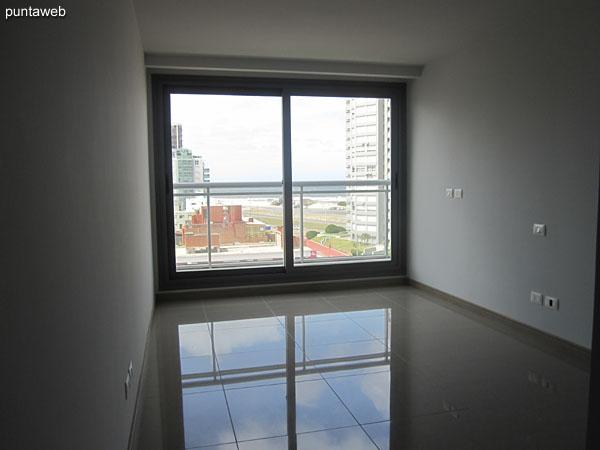Pallier de acceso al pasillo que conduce a los dormitorios en la planta de tres dormitorios.