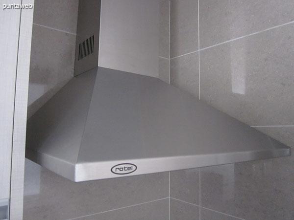 Detalle de anafe digital y horno el�ctrico en la cocina.