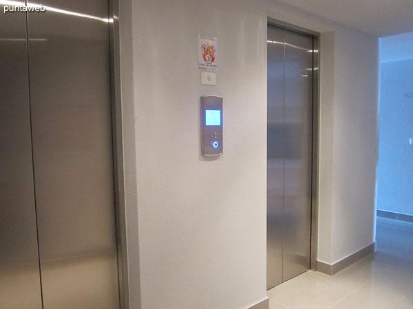 Toilette con sanitario. Bien situado junto al ingreso al apartamento.