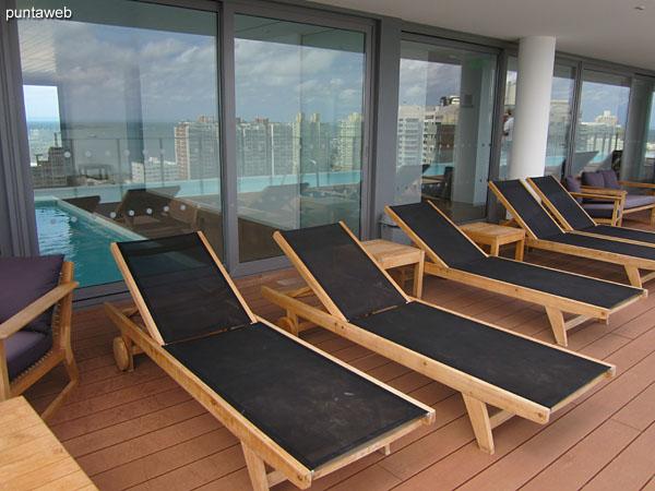Vistas desde el solarium en el piso 16 junto a la pileta al aire libre.