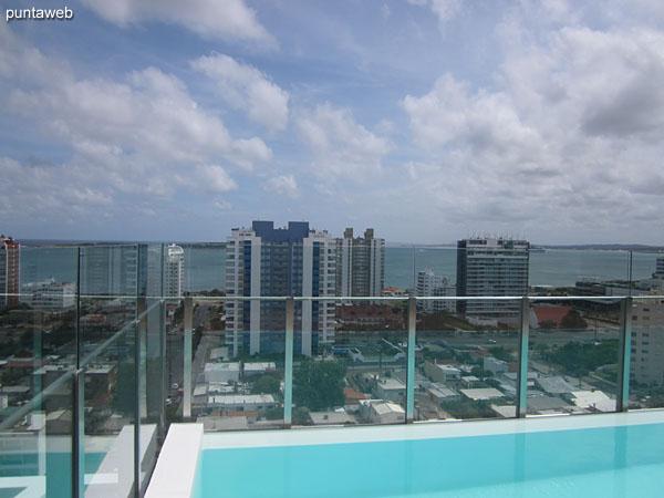 Vista hacia la playa Brava sobre el oc�ano Atl�ntico desde el solarium del piso 16 junto a la pileta al aire libre.