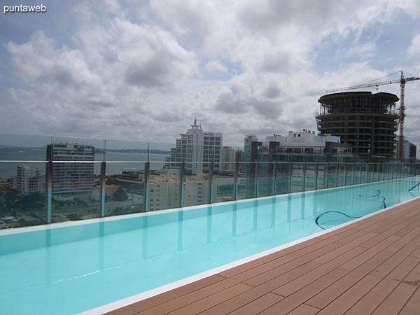 Vista hacia la bah�a de Punta del Este desde el solarium del piso 16 junto a la pileta al aire libre.