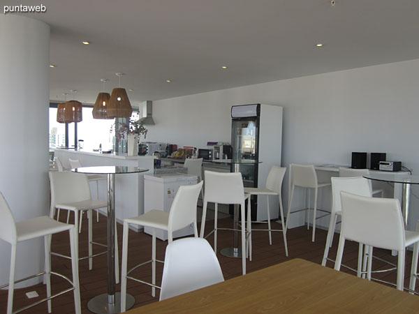 Cafeter�a y snack bar en el piso 16 junto a la pileta al aire libre.<br><br>Acondicionado con mesas y sillas, ofrece hermosas vistas en tres direcciones cardinales, este, sur y oeste.