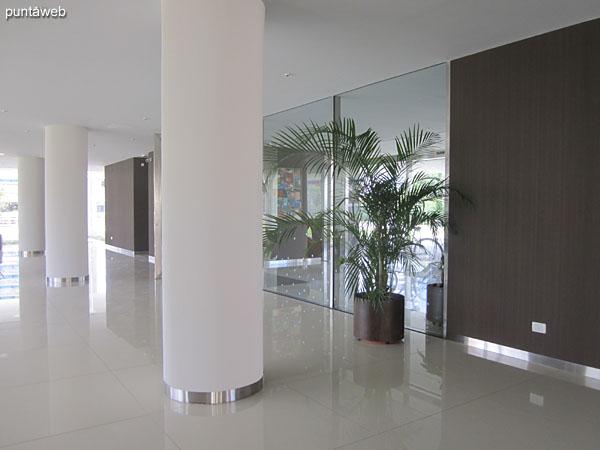 Ambientes de estar en el lobby del edificio. <br><br>Amplio y muy luminoso, rodeado de espacio verde.