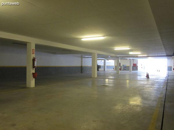 Acceso al garage dispuesto en dos niveles de subsuelo.