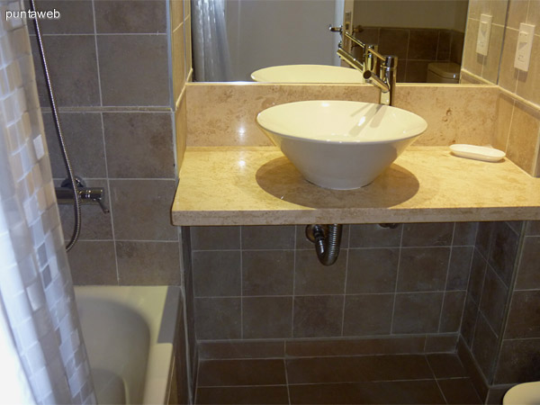 Baño principal en suite equipado con artefactos, griferías y revestimientos de nivel.<br>Equipado con bañera.