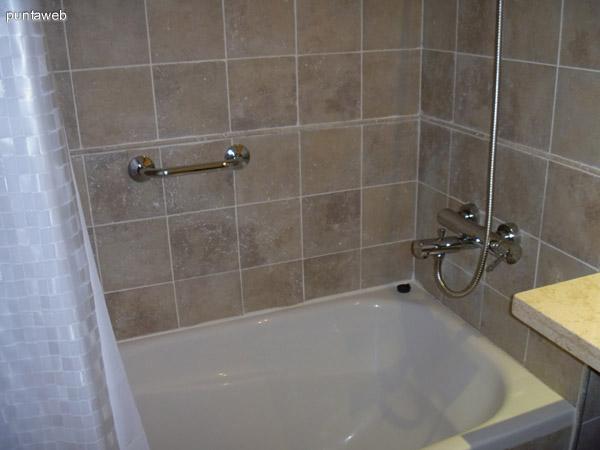 Bañera de baño en suite.