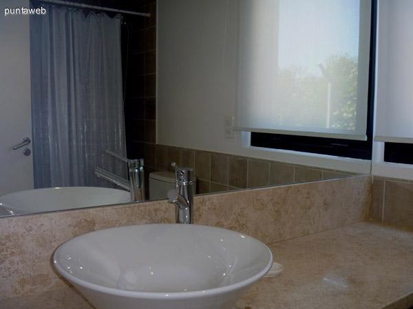 Segundo baño en suite, mesada en mármol, ventilación exterior, grifería y bacha de excelente nivel.