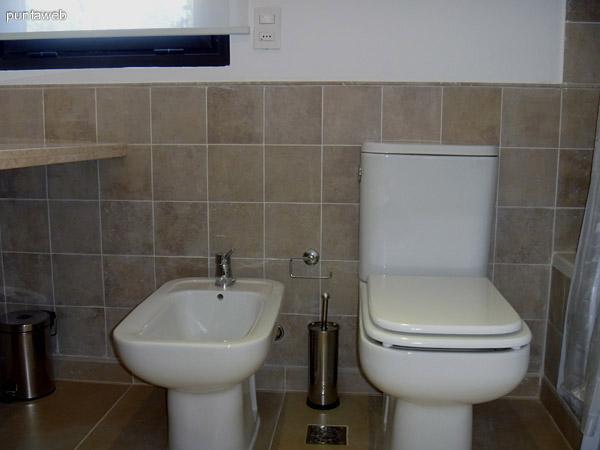 Artefactos de nivel en segundo baño en suite.