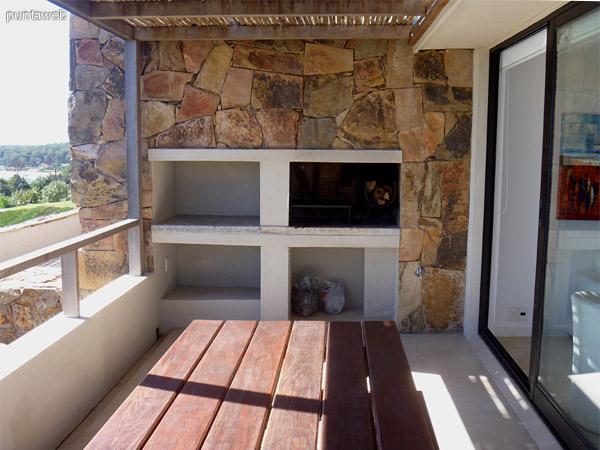 Parrillero propio en terraza de la unidad, mesa y bancos en madera para6 personas cómodamente.<br>Terraza de excelentes dimensiones y vistas.