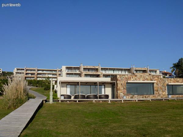 Fachada del Club House y villas de Quartier Punta Ballena.