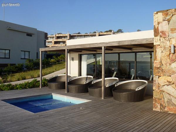 Club House, gimnasio equipado con aparatos de nivel, deck solarium y piscina para niños.