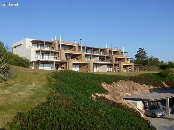 Fachada de una de las villas de Quartier Punta Ballena.