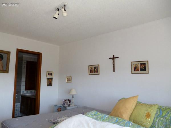 Dormitorio principal equipado con dos camas de una plaza.
