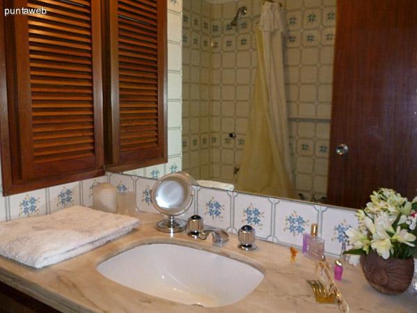 Artefactos en baño en suite, de nivel, de época.
