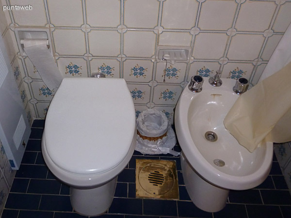 Segundo baño equipado con bañera.