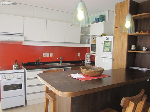 Cocina completa equipada con muebles bajo y sobre mesada de nivel, electrodom�sticos acorde.