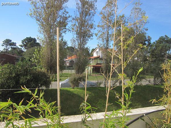 Comedor y acceso a deck y piscina desde los parrilleros.