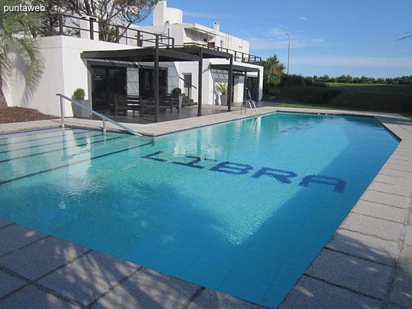 Living con acceso a terraza y vistas exteriores al mar y entorno.