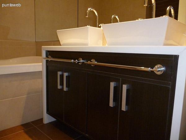 Baño principal en suite, doble lavabo, griferías de nivel, espejo panorámico.