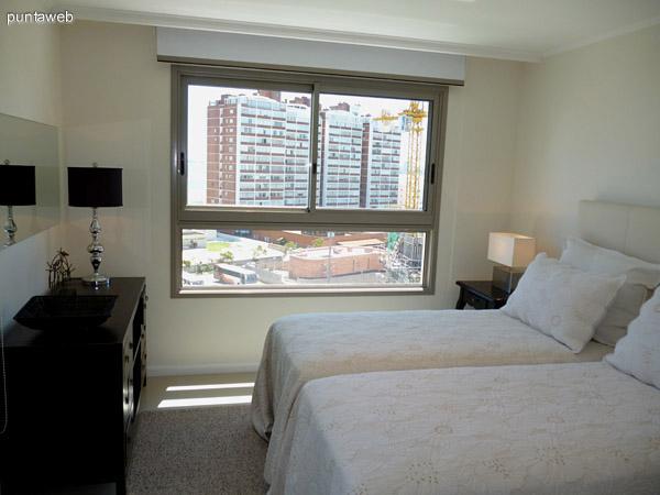 Segundo dormitorio en suite, vistas exteriores al entorno y acceso a balcón propio.