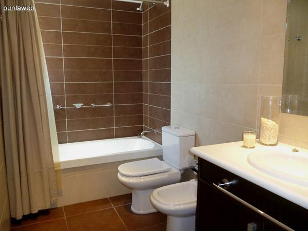 Lavabo y mueble en segundo baño en suite.