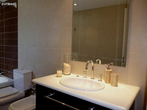 Lavabo, artefactos, bañera con ducha y ventilación exterior en segundo baño en suite.