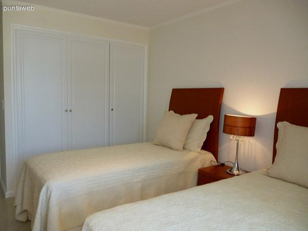 Tercer dormitorio en suite, vistas exteriores al entorno y acceso a balcón.