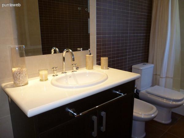Tercer dormitorio en suite equipado con dos camas de una plaza, placares amplios empotrados.
