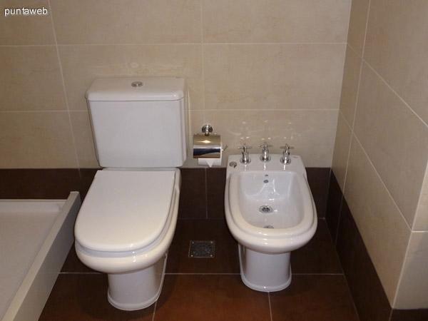 Lavabo y griferías en cuarto baño en suite.<br>