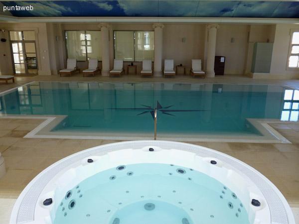 Jacuzzi próximo a la piscina interior.