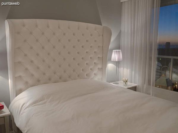 Piso 17 – 1 dormitorio y medio<br><br>Área total 85.5 m2 con vista a Punta Ballena y el bosque.<br>Incluye una cochera.<br>Revestimiento en mármol en palieres, pisos y baños.<br>Totalmente equipado y amueblado con el diseño by Phillipe Starck.<br>Posibilidad de ingreso en el exclusivo sistema RENTAL CLUB.<br>Precio USD 344.176