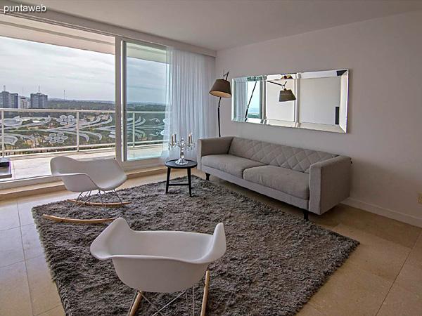 Piso 20 &ndash; 1 dormitorio y medio, 2 baños<br><br>Área total 90.5 m2 con vista a Punta Ballena.<br>Incluye una cochera.<br>Revestimiento en mármol en palieres, pisos y baños.<br>Totalmente equipado y amueblado con el diseño by Phillipe Starck.<br>Posibilidad de ingreso en el exclusivo sistema RENTAL CLUB.<br>Precio USD 397.340