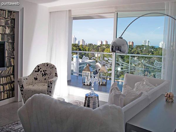 Piso 20 – 1 dormitorio y medio, 2 baños<br><br>Área total 90.5 m2 con vista a Punta Ballena.<br>Incluye una cochera.<br>Revestimiento en mármol en palieres, pisos y baños.<br>Totalmente equipado y amueblado con el diseño by Phillipe Starck.<br>Posibilidad de ingreso en el exclusivo sistema RENTAL CLUB.<br>Precio USD 397.340