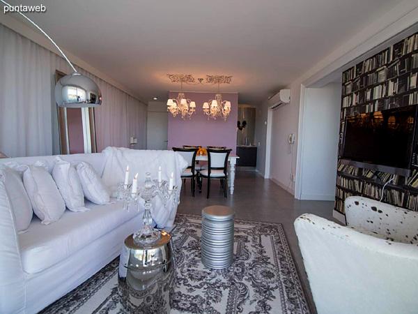 Piso 9 &ndash; 2 dormitorios, 2 baños<br><br>Área total 111.5 m2 sobre Ave. Roosevelt.<br>Incluye una cochera.<br>Totalmente equipado y amueblado con el diseño by Phillipe Starck.<br>Posibilidad de ingreso en el exclusivo sistema RENTAL CLUB.<br>Precio USD 409.463